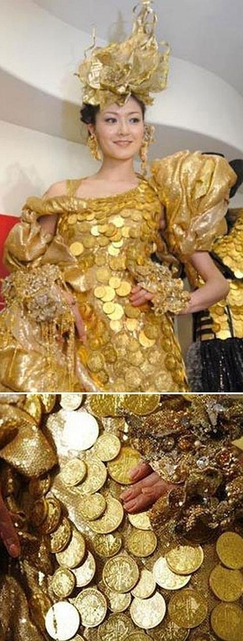 [Vestido em ouro]