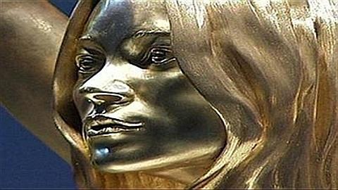 estátua em ouro Kate Moss