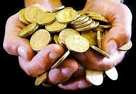 Moedas de ouro nas mãos