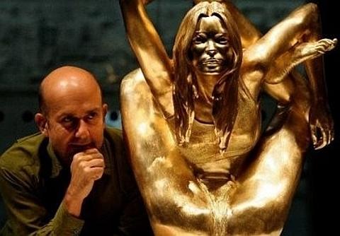 [Estátua em ouro Kate Moss]
