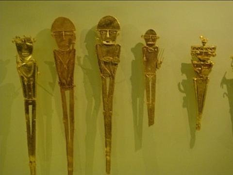 adornos tribais em ouro