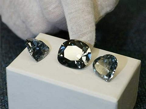 ca950d6986d ... cujo valor estimado é 194 milhões de Euros é fotografado entre o Heart  of Eternity Diamond (Diamante do Coração da Eternidade