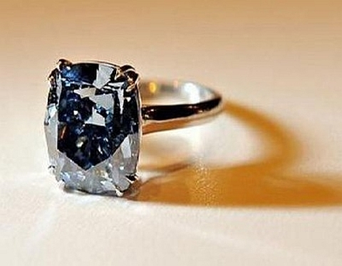 Anel com Diamante Azul Perfeito.