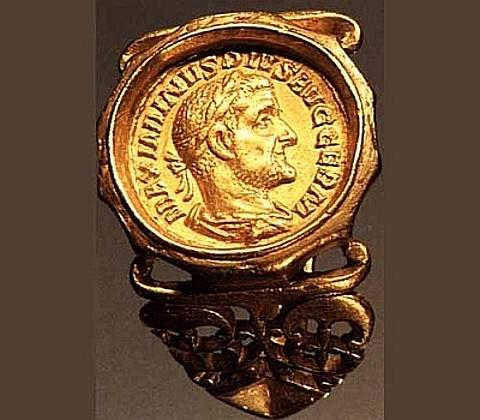 Anel cunhagem, III seg. d. C., Paris, Bibliotheque Nationale, Cabinet des medailles moldura polígono é adicionado para um Padrão de Ouro Maximino Thrax (235 -238 dC