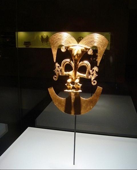 peças tribais em ouro