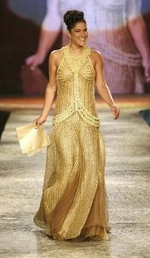 [Priscila Fanti com vestido em ouro]