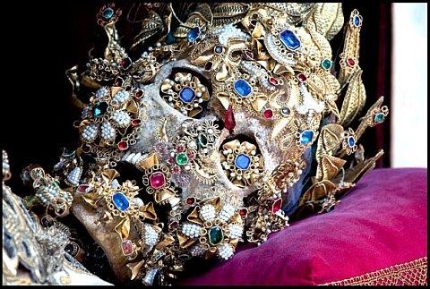 Ossadas centenárias de santos repleta de joias