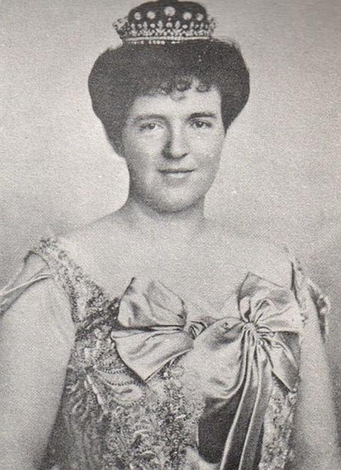 D. Amélia com o diadema de brilhantes