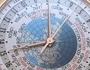 Relógio com 37 fusos horários